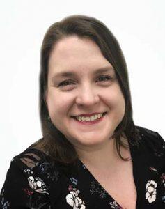 Une photographie d'ElizabethHolmes, de la Société canadienne du cancer, membre du personnel du projet travaillant sur l'application des connaissances.